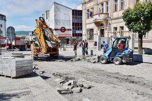 Brezno:Mesto komplexne opravuje cestu na severnej časti námestia