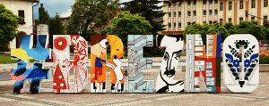 Veľký trojrozmerný nápis s názvom mesta už víta aj návštevníkov Brezna